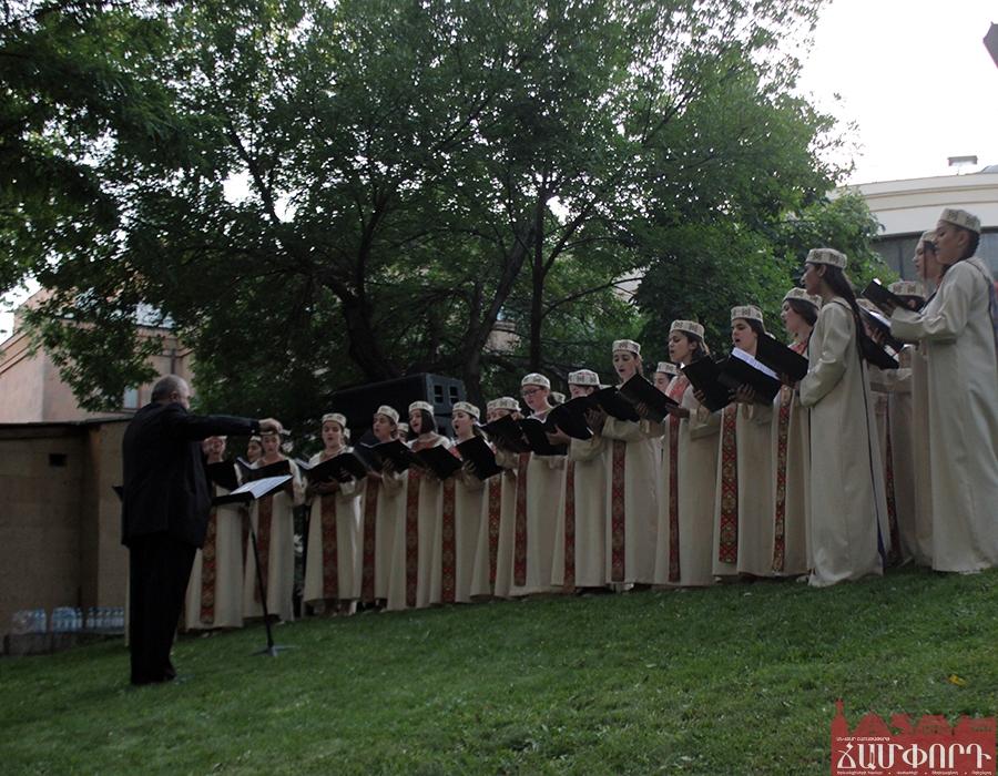 ՖՐԱՆՍԻԱՅԻ ԱԶԳԱՅԻՆ ՏՈՆԸ՝ ՀԱՅԱՍՏԱՆՈւՄ
